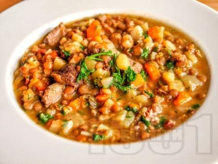 Леща яхния със свинско месо, картофи, моркови и дафинов лист - снимка на рецептата